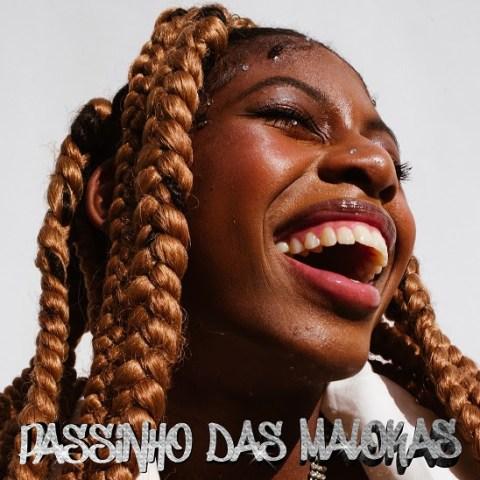 Foto da capa da nova musica de MC Soffia, uma foto da MC sorrindo, menina negra usando tranças.