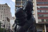 A história da estátua censurada em São Paulo por mostrar um beijo inter-racial