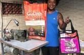 Carioca faz bolsas ecológicas de sacos de ração e usa renda para alimentar cães e gatos abandonados