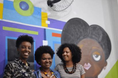 três mulheres negras sorrindo