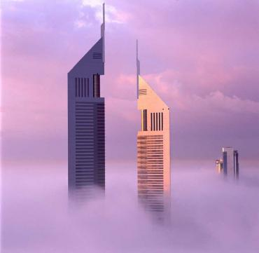 Emirates Towers в тумане