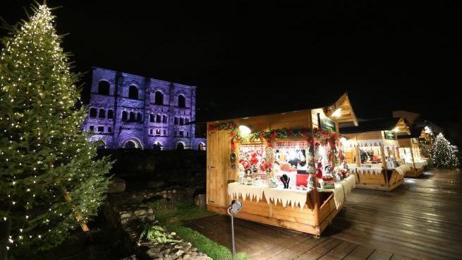 Nel periodo di apertura del mercatino l'ingresso al teatro romano è gratuito. La Scommessa Di Aosta Si Al Mercatino Di Natale Stand Dimezzati Per Le Norme Anti Covid La Stampa