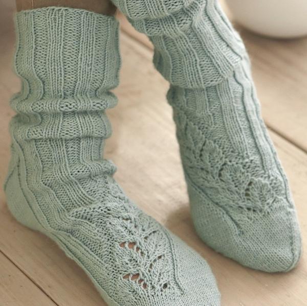 Socken mit Rankenmuster