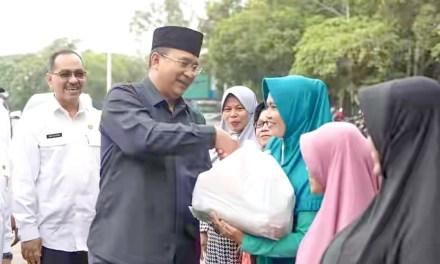 Bantu Masyarakat Miskin di Bulan Ramadan, Walikota Tasikmalaya Simbolis Serahkan 10 Paket OPM
