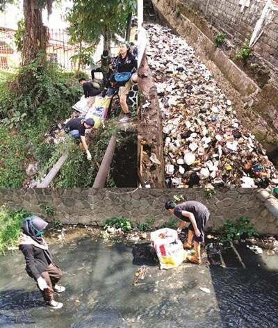 Aksi WCD, Rami Jenggala Temukan Puluhan Kilo Baju Bekas di Sungai Cimulu
