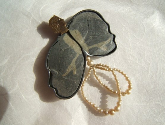 6. (ornithomancy) canefora. brooch. oxided silver, brass, stone,pearls