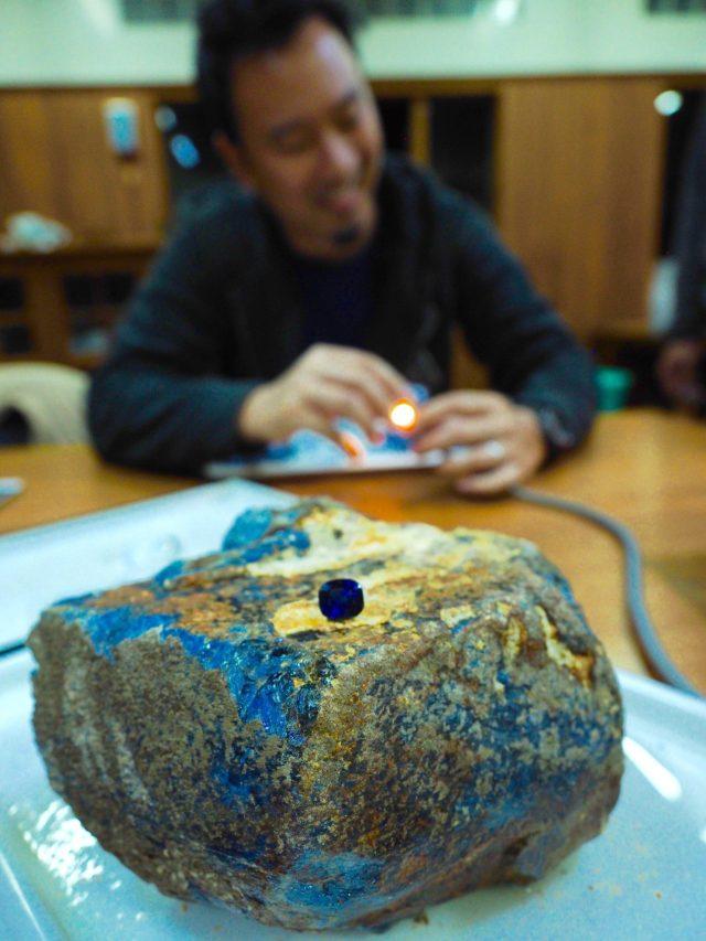 Mogok, Myanmar unheated faceted and 5 kg rough sapphire. Photo by Jeffery Bergman © Jeffery Bergman.