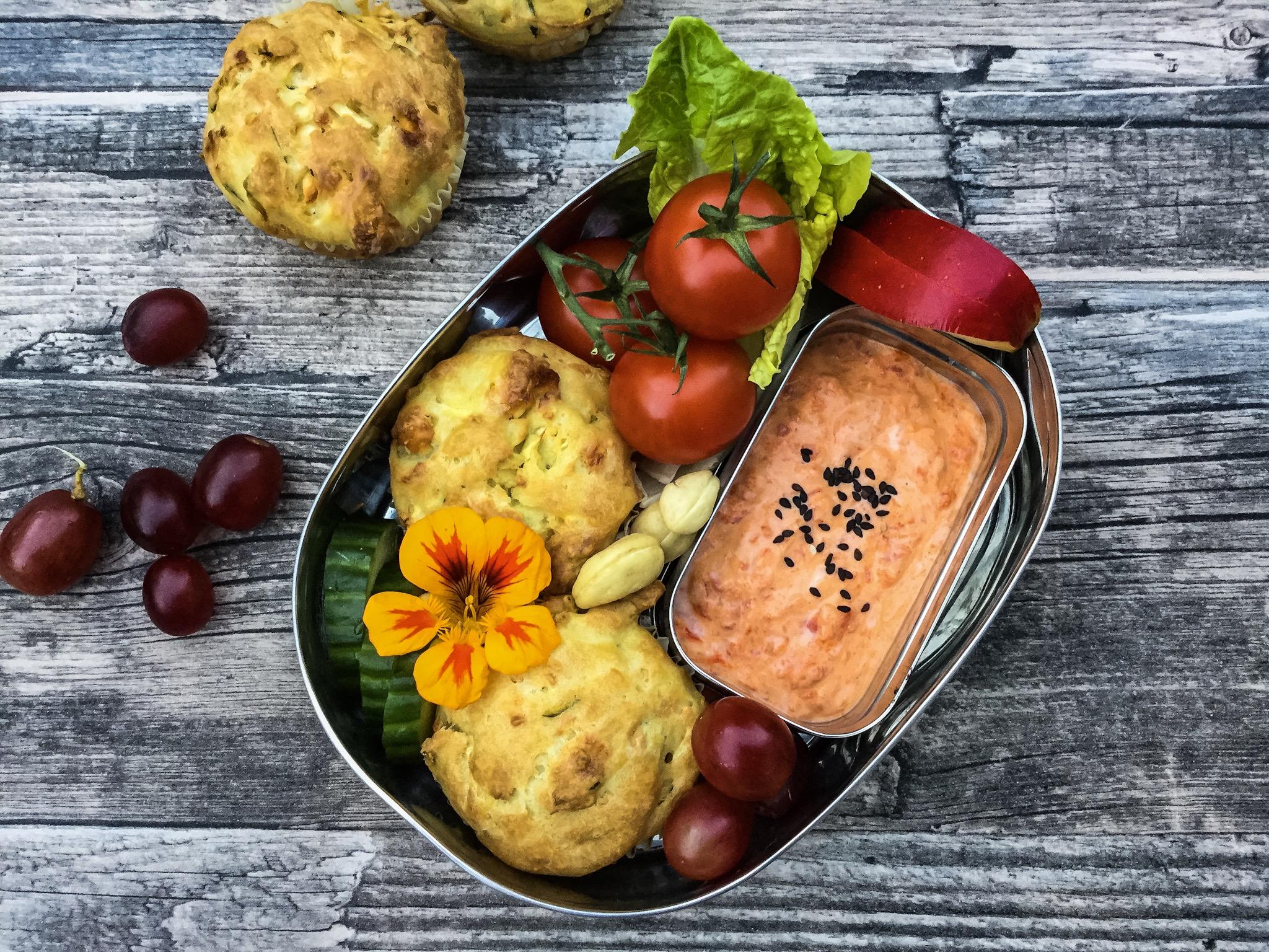 saftige Zucchini Feta Muffins mit Ajwar Dip