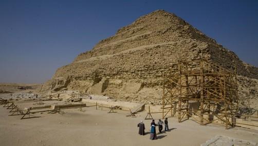Egipto: Reanudan restauración de pirámide escalonada de Zocer