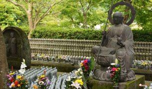generacion-friki-en-japon-jizos-de-piedra-kamakura-templo-hase-dera-2
