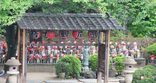 generacion-friki-en-japon-jizos-de-piedra-tokyo-templo-zojoji-2