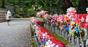 generacion-friki-en-japon-jizos-de-piedra-tokyo-templo-zojoji-4