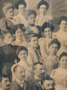 Fotografia della Direzione di Budapest donata al segretario generale Edmondo Richetti (Budapest, 1899), particolare con Eugenie Aurada (1), Helene (3) e Flóra Pólya (2)