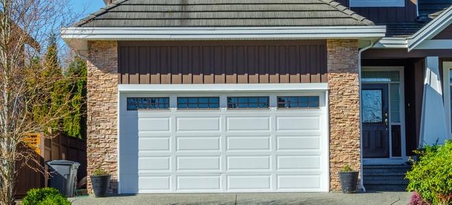 Mantenere e infilare una porta da garage