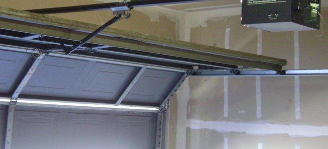 Installazione della molla della porta del garage in punti