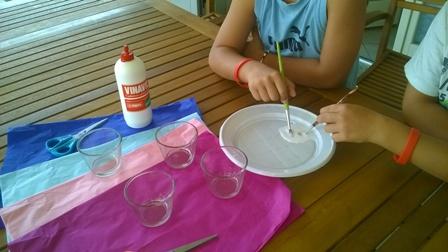 Decorare i portacandele di vetro con la carta velina | Genitorialmente