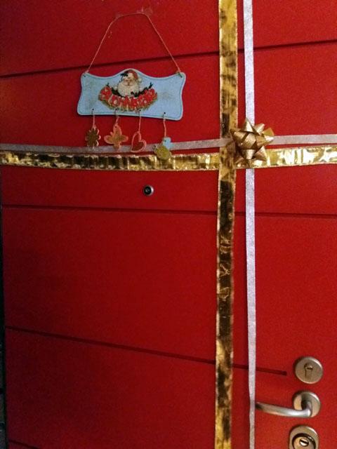 Come decorare la porta di casa per natale nastri regalo genitorialmente - Come decorare la casa per natale ...