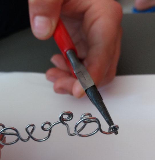Scritte con filo di ferro: bracciali e segnalibro regalo   Genitorialmente