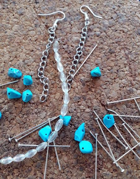 Orecchini pendenti fai da te con pietre: tutorial facile | Genitorialmente