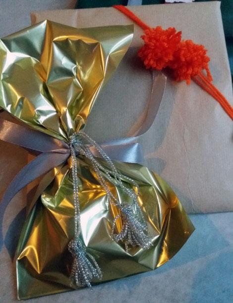 Decorazione confezioni regalo con nappine e pom pom| Genitorialmente
