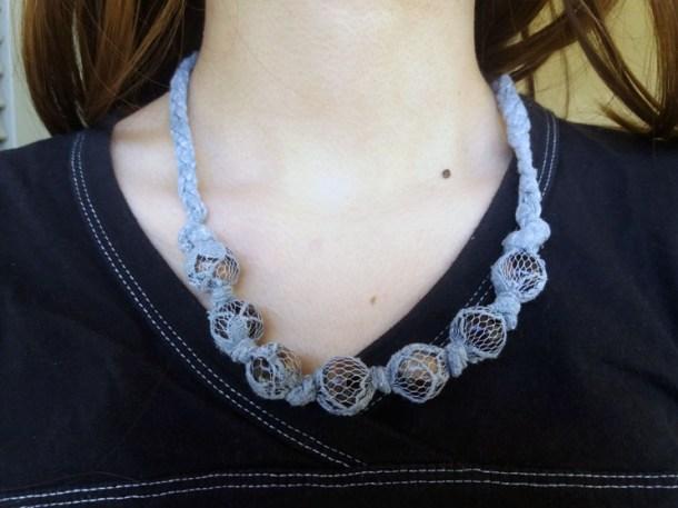 Collana di stoffa e perle fai da te: regalo festa della mamma | Genitorialmente