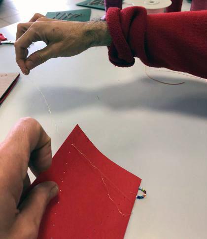 Biglietti di Natale fai da te con cartoncino e perline | Genitorialmente