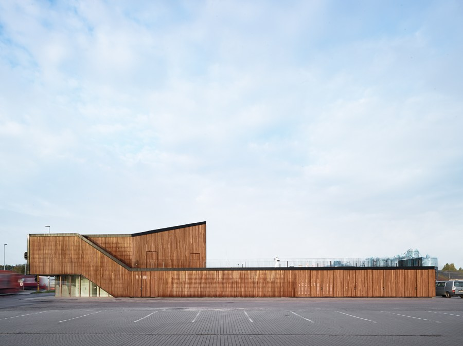 Het nieuw bezoekerscentrum aan de Rigakaai ligt subtiel tussen de houten loodsen. Foto's © Dennis De Smet.