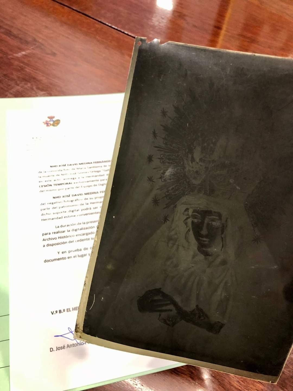 La Macarena recibe un negativo de la famosa foto del luto de Joselito