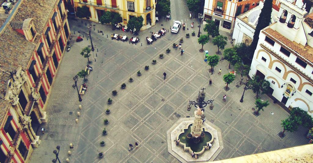 Convocan una manifestación en la plaza de la Virgen de los Reyes para exigir la vuelta a Sevilla de los actos públicos religiosos