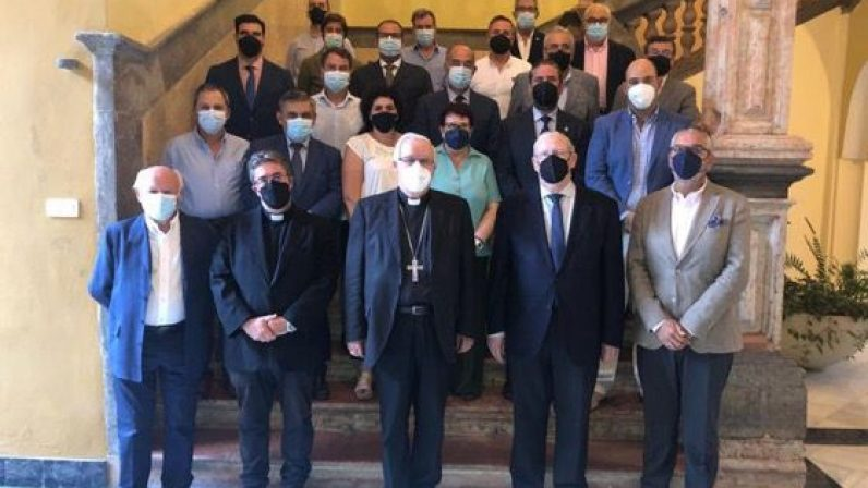 El arzobispo de Sevilla invita a los cofrades a ser responsables y prudentes