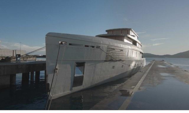 Perini Voyager, lo scafo di 56 metri arrivato a La Spezia