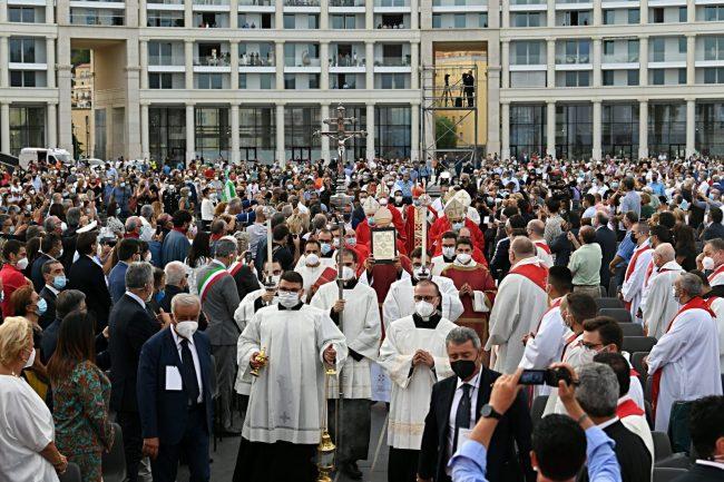 San Matteo in piazza a Salerno tra fede e polemiche