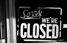 Ένα – ένα κλείνουν τα «μαγαζιά»