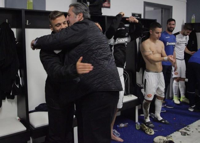 Pics | Ο Μπούσης αγκάλιασε έναν προς έναν τους παίκτες!