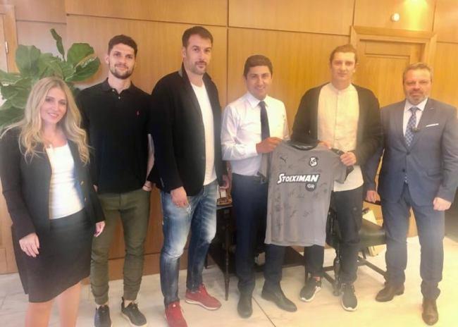Η έκπληξη του ΠΣΑΠ στον Λευτέρη Αυγενάκη με δώρο μια φανέλα του ΟΦΗ