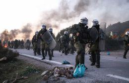 Video | ΜΑΤ σε ρόλο χούλιγκαν στην Χίο