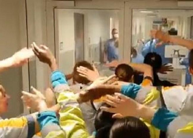 Συγκλονιστικό: Νοσηλευτές τραγουδούν «You'll never walk alone» στους γιατρούς