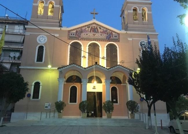 Κοροναϊός: Δεκάδες πιστοί σε εκκλησία στην Πάτρα – Αστυνομικοί μοίρασαν πρόστιμα