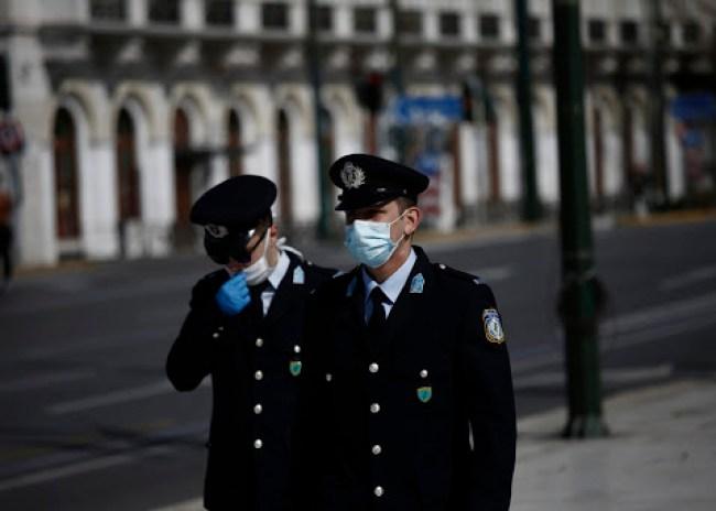 Πρόστιμα σε 2 Κρητικούς για μη τήρηση αποστάσεων και χρήση μάσκας