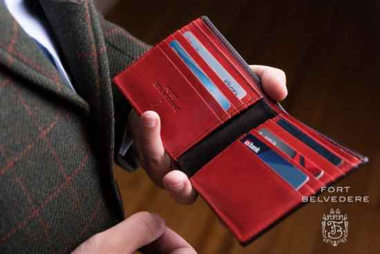 Folded, double sided edges that go all the way to the edge with sewn card slots - 2 hallmarks of a luxury wallet