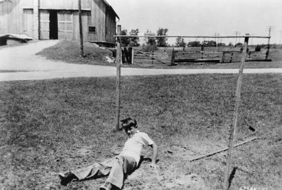 A young Dean plays on his aunt and uncle's farm in Fairmount, Indiana, c. 1943 (Image: Michael Ochs Archives/Getty)
