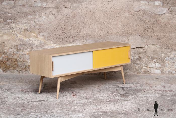meuble tv en chene avec des portes coulissantes blanche et jaune
