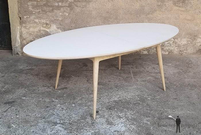 table ovale pour 6 a 8 personnes avec un pietement en chene massif local et un plateau blanc