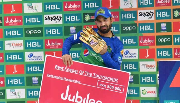 Mohammad Rizwan with his PSL 2021 Best Keeper of the Tournament award.