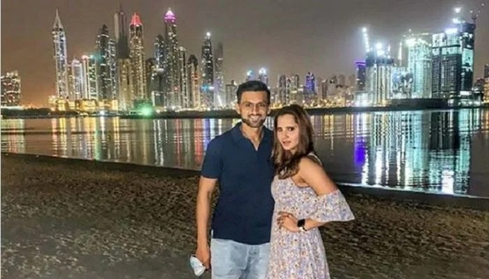 Indian Tennis star Sania Mirza and Pakistani cricketer Shoaib Malik pose for a picture at the beach. Photo Courtesy: Files/Instagram