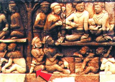 Salah satu relief pada dinding Candi Borobudur yang memperlihatkan gambar orang mengenakan keris dengan bentuk masih sederhana