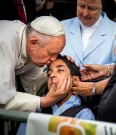 pope-kisses boy-cerebral-palsey