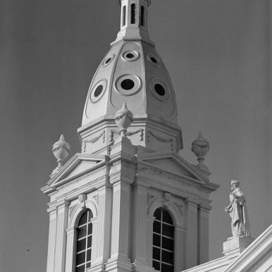 Detalle de la cúpula y las estatuas vistas desde el suroeste