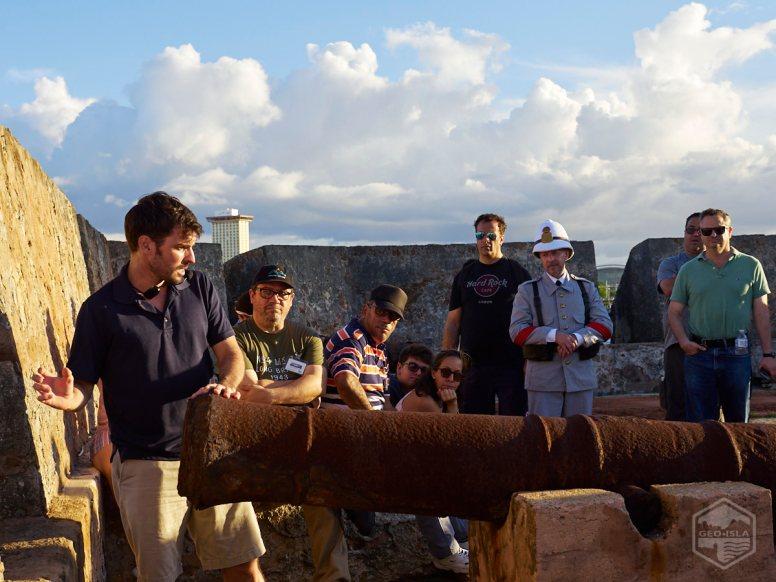 Manuel Minero (voluntario de los Amigos del Fortín San Jerónimo) explica la utilización de un cañón antiguo.