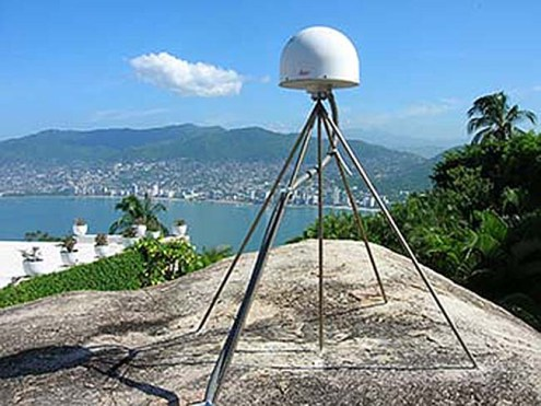One permanent GPS station at the center of the Guerrero seismic gap, overlooking Acapulco bay (ACAP). Credit: NathalieCotte / CNRS.